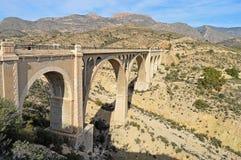 Un alto viadotto ferroviario Immagini Stock Libere da Diritti