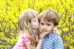 Un altro baciano Immagine Stock