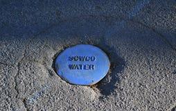 Un altro foro nella terra per acqua fotografie stock