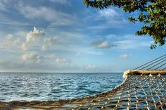 Un'amaca che trascura oceano e cielo blu fotografia stock
