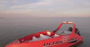 Un amanecer y un mar de alta velocidad, reservados almacen de metraje de vídeo