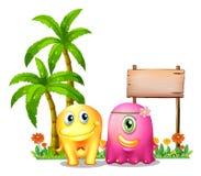 Un amarillo y un monstruo rosado juntan la situación delante del empt Imagenes de archivo