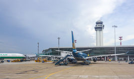 Un amarrage civil d'avion à l'aéroport de Tan Son Nhat dans Saigon, Vietnam Photo stock