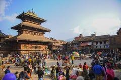 Un ambiente ocupado con la gente y el turista locales en Bakhtapur Nepal fotografía de archivo libre de regalías
