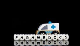 un'ambulanza del giocattolo e paramedici di una parola Fotografia Stock Libera da Diritti
