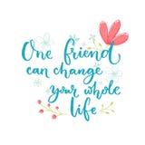 Un amigo puede cambiar su toda la vida Refrán inspirado sobre amistad Letras del cepillo con las decoraciones de las flores Fotografía de archivo libre de regalías