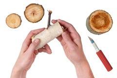 Un amo basado casero mayor considera registros de madera del tronco Imagen de archivo libre de regalías