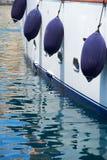 Un amortisseur accrochant sur le panneau de yacht malte Photographie stock