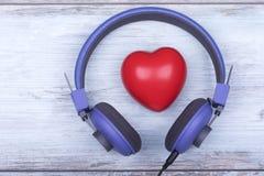 Un amour pourpre de jour de valentines d'écouteurs de coeur rouge célèbrent ensemble pour toujours la surprise d'anniversaire rom Photo stock