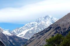 Un'ampia valle sulle alpi italiane e sul Monte Bianco sui precedenti Immagini Stock