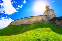 Un'ampia vista fresca di vecchia fortezza sulla collina Immagini Stock Libere da Diritti