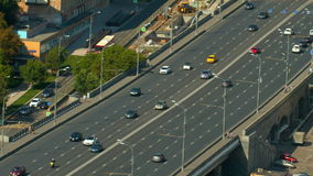 Un ampio ponte della strada, supera le automobili del ponte, vista superiore video d archivio
