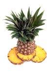 Un ananas contro una priorità bassa bianca Immagini Stock Libere da Diritti