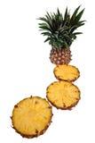 Un ananas del taglio contro una priorità bassa bianca Fotografia Stock Libera da Diritti