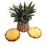 Un ananas del taglio contro una priorità bassa bianca Fotografie Stock Libere da Diritti