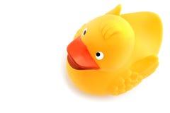 Un anatroccolo giallo del giocattolo su priorità bassa bianca Immagini Stock Libere da Diritti