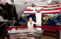 Un anchorwoman de la televisión en el estudio fotos de archivo