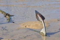 Un'ancora sulla spiaggia di sabbia Fotografia Stock