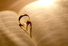 Un anello di cerimonia nuziale in bibbia immagine stock libera da diritti