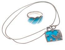 Un anello piacevole e una collana con le pietre blu Fotografia Stock Libera da Diritti