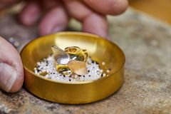 Un anello in un piatto del diamante pronto fotografia stock libera da diritti