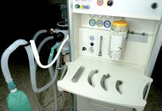 un anestetico con un insieme del laringoscopio e delle lame immagini stock libere da diritti