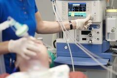 Un anesthésiste surveille l'état d'un patient photo libre de droits