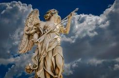 Un ange donnant sur la ville de Rome Photo stock