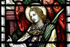 Un angelo in una finestra di vetro macchiato Immagine Stock