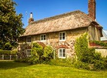 Un anglais très vieil, couvert de chaume, cottage de pays photo stock