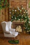 Un angolo accogliente con una poltrona molle, una tavola, candele nello stile rustico Fotografie Stock Libere da Diritti