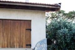 Un angolo dalle vecchie piccole finestre di legno di casa Fotografia Stock Libera da Diritti