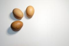 Un angolo di tre uova su fondo bianco Fotografia Stock