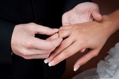 Un anillo de bodas para ella Imagen de archivo libre de regalías