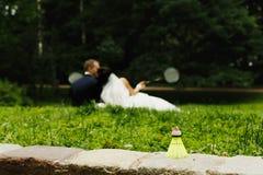 Un anillo de bodas se coloca en el shuttlestock mientras que los recienes casados juegan w Foto de archivo