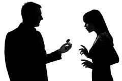 Un anillo de compromiso de ofrecimiento del hombre de los pares a la mujer Fotos de archivo