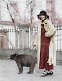 Un animal familier plutôt peu commun (toutes les personnes représentées ne sont pas plus long vivantes et aucun domaine n'existe  Photos libres de droits