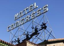 Un'annata cede firmando un documento il congresso storico dell'hotel al Natale Fotografia Stock Libera da Diritti