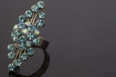 Un anneau avec une gemme bleue Image stock