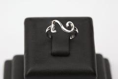 Un anneau contemporain sur la base Image stock