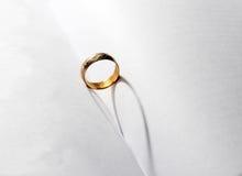 Un anneau de mariage au milieu du livre Photographie stock libre de droits