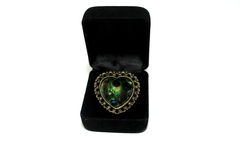 Un anneau en forme de coeur dans une boîte d'isolement Photos libres de droits
