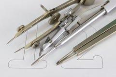 Un annesso per i cerchi di disegno su pezzo di carta bianco Accessori di progettazione per il disegno dei disegni tecnici immagine stock libera da diritti