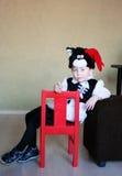 Un bambino divertente ha coperto di un immaginazione-vestito di un tomcat in una stanza immagini stock libere da diritti