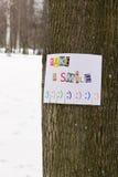 Un annuncio di carta con la frase: Prenda un sorriso e con i segni di sorriso Fotografie Stock