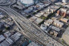 Un'antenna da uno stato all'altro del centro di 10 autostrade senza pedaggio di Los Angeles Fotografia Stock