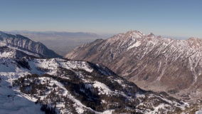 Un'antenna di due montagne che guardano verso la valle stock footage