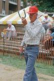 Un anziano che gioca un gioco dei ferri di cavallo Fotografie Stock