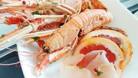 Un apéritif de fruits de mer avec la crevette rose, le carpaccio de thon et les tranches de pamplemousse Photos stock