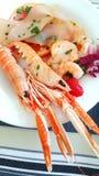 Un apéritif de fruits de mer avec la crevette rose, le carpaccio de thon et les tranches de pamplemousse Photo libre de droits